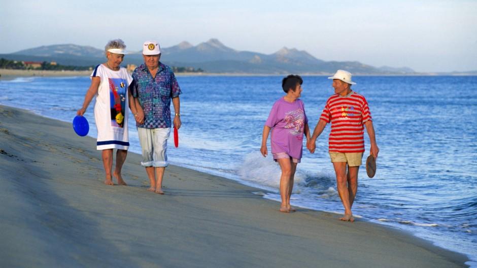 Genussvoller Lebensabend: Pensionäre am Strand in Mexiko.