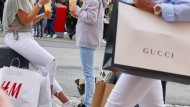 Eine Frau und ein Mädchen in einer Hamburger Einkaufspassage