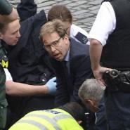 Heldenhafter Einsatz: Der Abgeordnete Tobias Ellwood leistet Erste Hilfe.