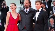 """""""The Mountain""""-Regisseur Rick Alverson mit den Schauspielern Hannah Gross und Tye Sheridan auf dem Roten Teppich in Venedig"""