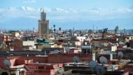 Marrakesch mit der Koutoubia-Moschee und dem Atlas-Gebirge im Hintergrund