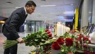 Ukraines Präsident Wolodymyr Selenskyj legt nach dem Flugezugabsturz am 9. Januar einen Rosenstrauß am Flughafen in Kiew nieder.