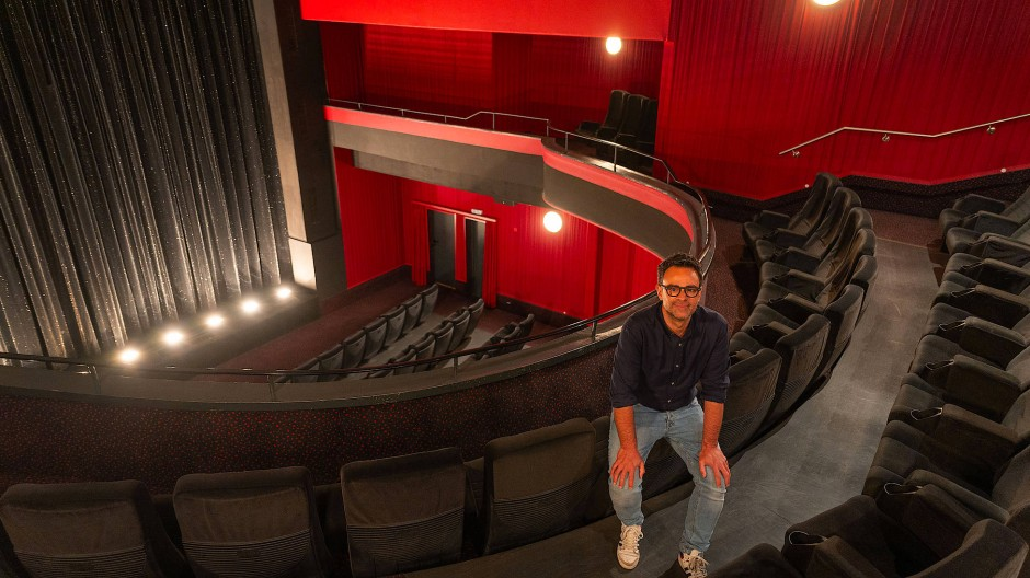 Standhaft: Christopher Bausch auf dem Balkon des Eldorado an der Frankfurter Schäfergasse. Mit dem Traditionskino betreibt er jetzt vier Filmtheater.