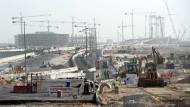 Schuften bei 40 Grad: Die Vorbereitungen für die Fußball-Weltmeisterschaft laufen wie hier in Doha auf Hochtouren