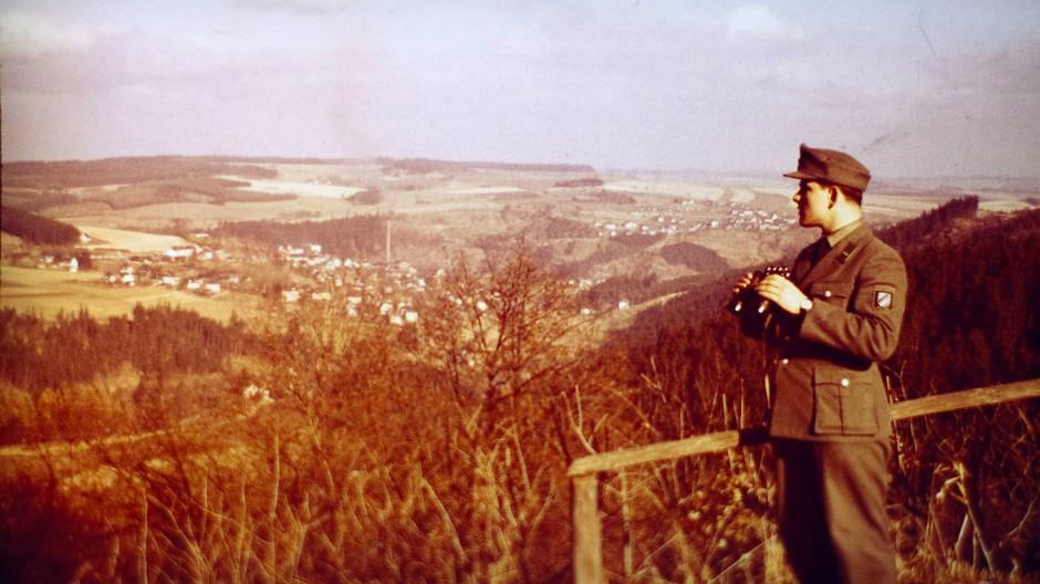 Blick nach Osten: Otto Oeder, der heute den Stammtisch organisiert, 1965 als 20 Jahre alter Grenzpolizist.