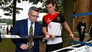 Prüfender Blick: Der auch für Sport zuständige Innenminister de Maizière bei einem Besuch im Sportzentrum Kienbaum.