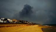 Vom Strand aus sind die großen Rauchschwaden deutlich zu erkennen.