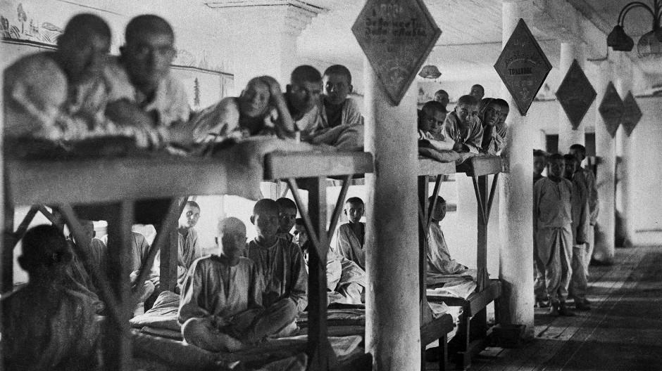 Wie sich die Schreckensbilder gleichen: Häftlinge im sowjetischen Lager Molotowsk (Sewerodwinsk) im Jahr 1944