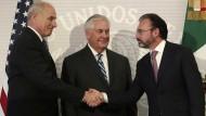 Minister John Kelly (links) und Rex Tillerson mit dem mexikanischen Außenminister Luis Videgaray (rechts)