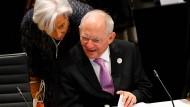 Trotz jahrelanger Bemühungen kann Finanzminister Wolfgang Schäuble die Chefin des IWF (Christine Lagarde) bislang nicht überzeugen, sich am dritten Hilfsprogramm für Griechenland zu beteiligen.