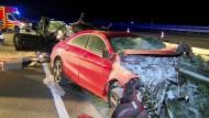 Völlig zertrümmerte Autos auf der Autobahn 661 nahe Offenbach.