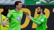 Wolfsburgs Punktegarant: Mario Gomez feiert mit Yunus Malli seinen Siegtreffer.