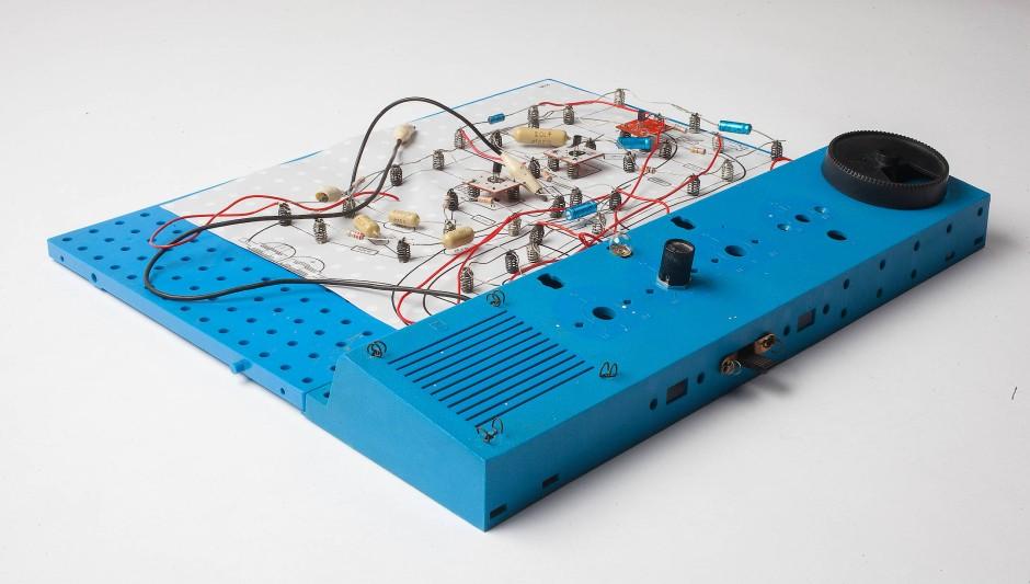 """Ein """"Telefonzeichengeber mit Anzeigelampe"""", gebaut mit dem Philips EE 2003. Der Schaltplan liegt direkt auf der Lochplatte."""