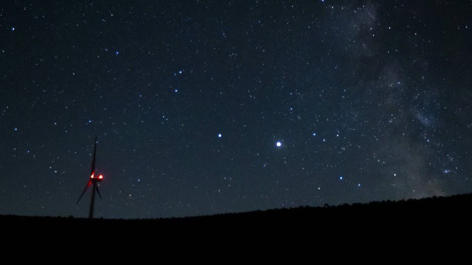 Saturn (mittig links) und Jupiter (mittig rechts) am Nachthimmel über Vantage im amerikanischen Bundesstaat Wahsington