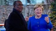 Bundeskanzlerin Merkel begrüßt den Premierminister Togos, Komi Selom Klassou, in Berlin.
