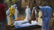 Schlichte Kreuze werden diese Gräber in der Nähe des Ebola-Behandlungszentrums in Liberia markieren. Darauf stehen die Namen, Geburts- und Sterbedaten .