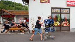 Bürger kaufen Biervorräte aus Protest gegen Neonazis auf