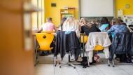 Blick zur Sitznachbarin: Schüler eines Gymnasiums im nordrhein-westfälischen Alsdorf im September