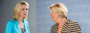 """Monika Schulz-Strelow (r.), Präsidentin der Initiative """"Frauen in Aufsichtsräte"""", zusammen mit Bundesfamilienministerin Manuela Schwesig in Berlin im Juli 2014"""