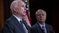 Zwei Verbündete, die nicht gut auf Trump zu sprechen sind: John McCain (links) und Lindsey Graham