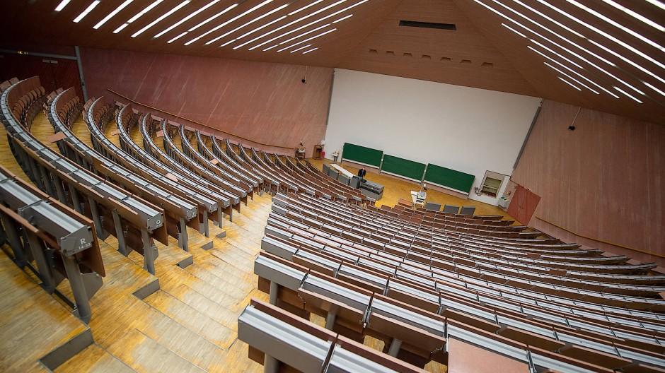 Ein leerer Hörsaal in einer deutschen Universität