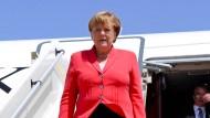 Abwärts schreitet Bundeskanzlerin Merkel die Treppe auf ihrer Afrika-Reise in Niger. Die gleiche Richtung nehmen derzeit die Umfragewerte von CDU und CSU.