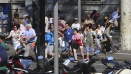 Menschen bringen sich auf dem Boulevard Las Ramblas in Sicherheit.