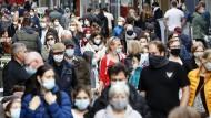 Passanten mit Gesichtsmasken in der Kölner Innenstadt