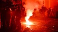 Über 100 Polizisten werden bei den Zusammenstößen verletzt