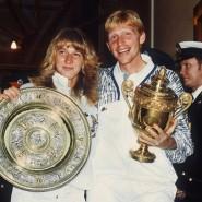 Einmalig: Steffi Graf und Boris Becker präsentieren ihre Trophäen bei den 103. Offenen Internationalen Tennismeisterschaften in Wimbledon.