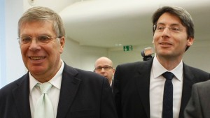 Plaintiffs Danckert and Schulz arrive with Kampeter, State Secretary in the Finance Ministry for the proclamation of a verdict in Karlsruhe