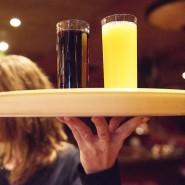 Eine Kellnerin arbeitet in einer Bar.