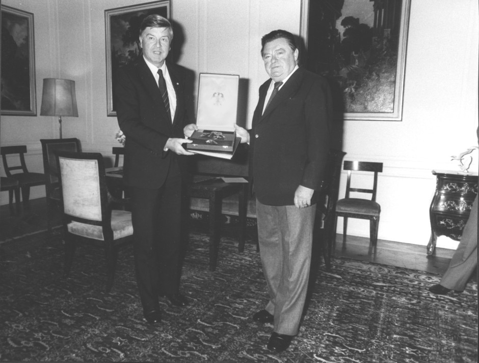 Franz Josef Strauß verleiht Kultusminister Hans Maier 1983 das Bundesverdienstkreuz.