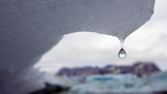 Eisberg bricht von Gletscher ab