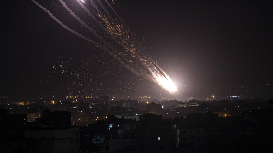Aus dem Gazastreifen abgefeuerte Raketen erhellen den Nachthimmel.