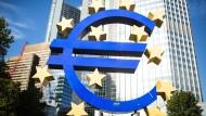 Des einen Wahrzeichen und des anderen Schandfleck: Euro-Skulptur in Frankfurt, die nun saniert wird