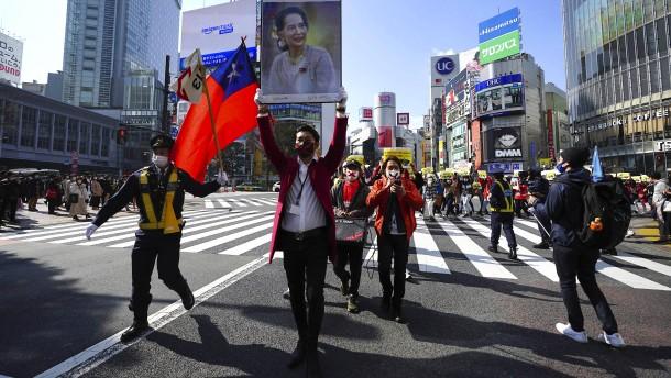 Tausende gehen gegen Putsch und Entführungen auf die Straße