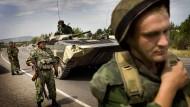 Im August 2008: Russische Soldaten auf Georgiens wichtigster Straße.