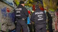 Härte zeigen: Am Mittwoch kontrollierte die Polizei im Görlitzer Park wieder zahlreiche Verdächtige.