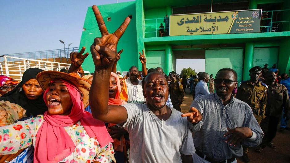 Menschen feiern die Freilassung von 235 Gefangenen im Zuge der Einigung zwischen Übergangsregierung und Demonstranten im Sudan.