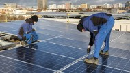 Techniker installieren eine Photovoltaikanlage.