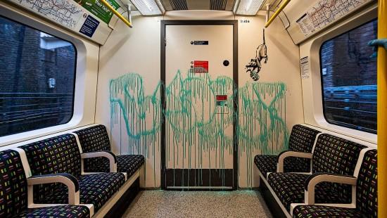 Banksy bemalt Londoner U-Bahn vor den Augen der Passagiere