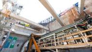 Mit einer Tunnelvortriebsmaschine werden im Frankfurter Europaviertel die Röhren für die U5 gefertigt.