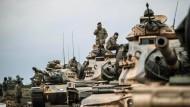 Türkische Soldaten bereiten am Sonntag nahe der syrischen Grenze ihre Panzer auf die Offensive gegen die Kurden vor.
