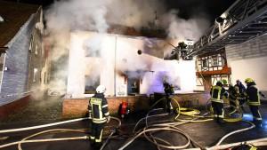 Rettungskräfte finden Leiche in brennendem Haus