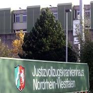 Laut Behörden hat der Mann aus unbekannten Gründen die Aufnahme von Nahrung eingestellt und ist schließlich an Organversagen im Haftkrankenhaus Fröndenberg gestorben.