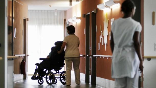 Familien tragen die Hälfte der Pflegekosten
