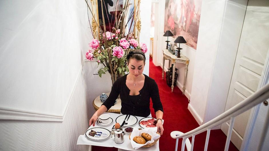 Eine Studentin jobbt als Servicekraft in einem Guesthouse in Frankfurt am Main.