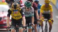 Der Niederländer Steven Kruijswijk, gefolgt von Emanuel Buchmann vor der Ziellinie