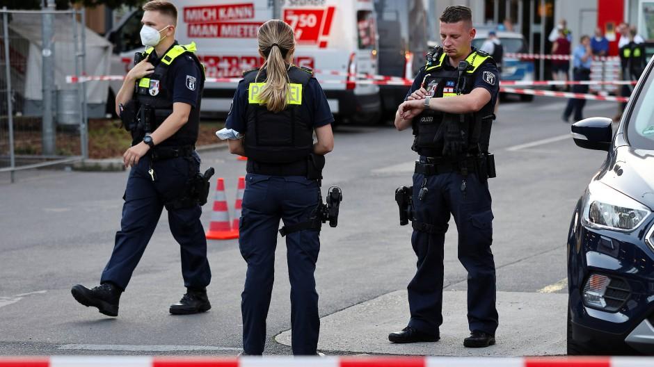 Beamte sichern den Tatort auf dem Parkplatz eines Baumarkts.